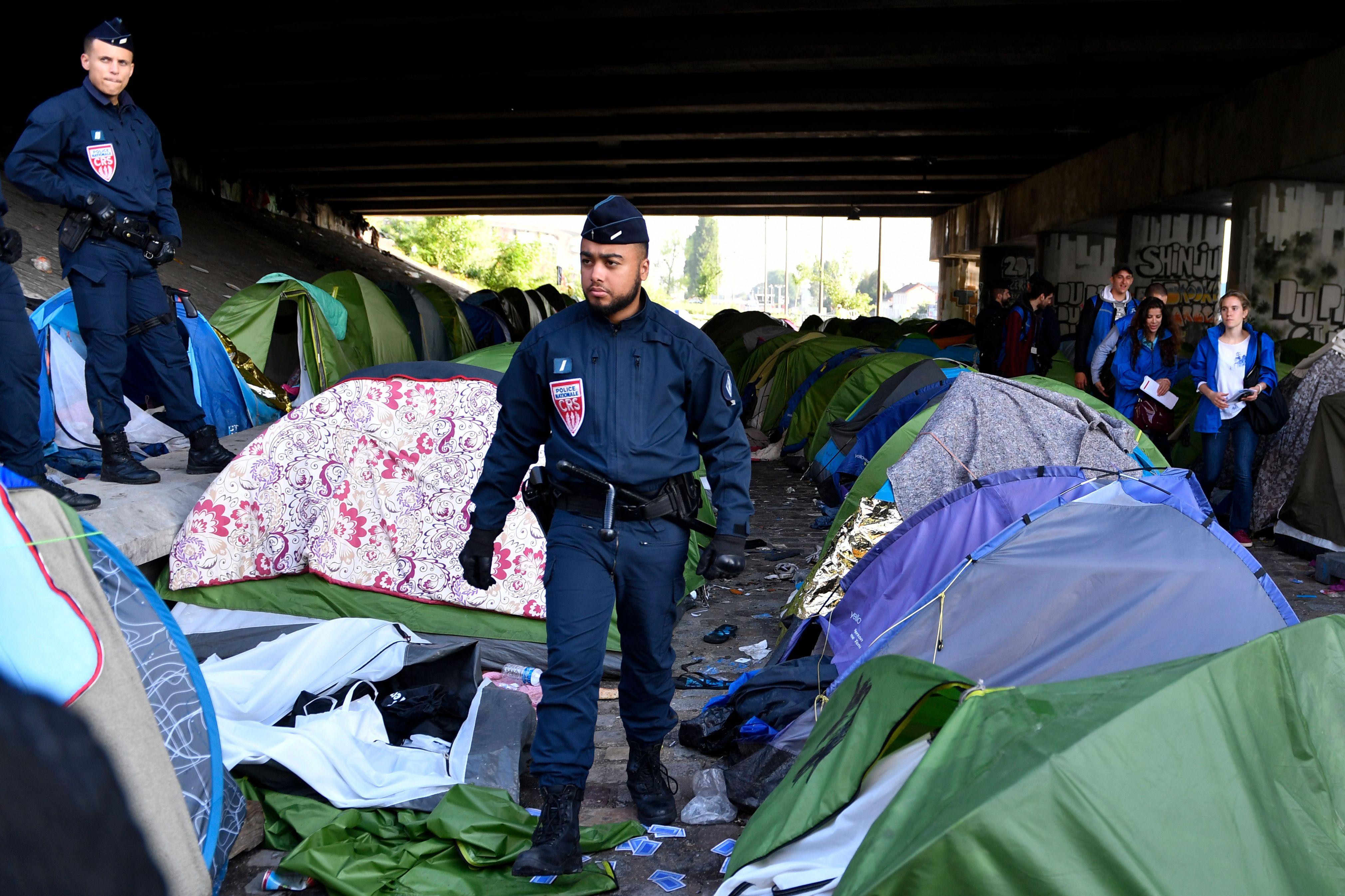 الشرطة الفرنسية تتفقد خيام المهاجرين عقب اخلائها فى باريس