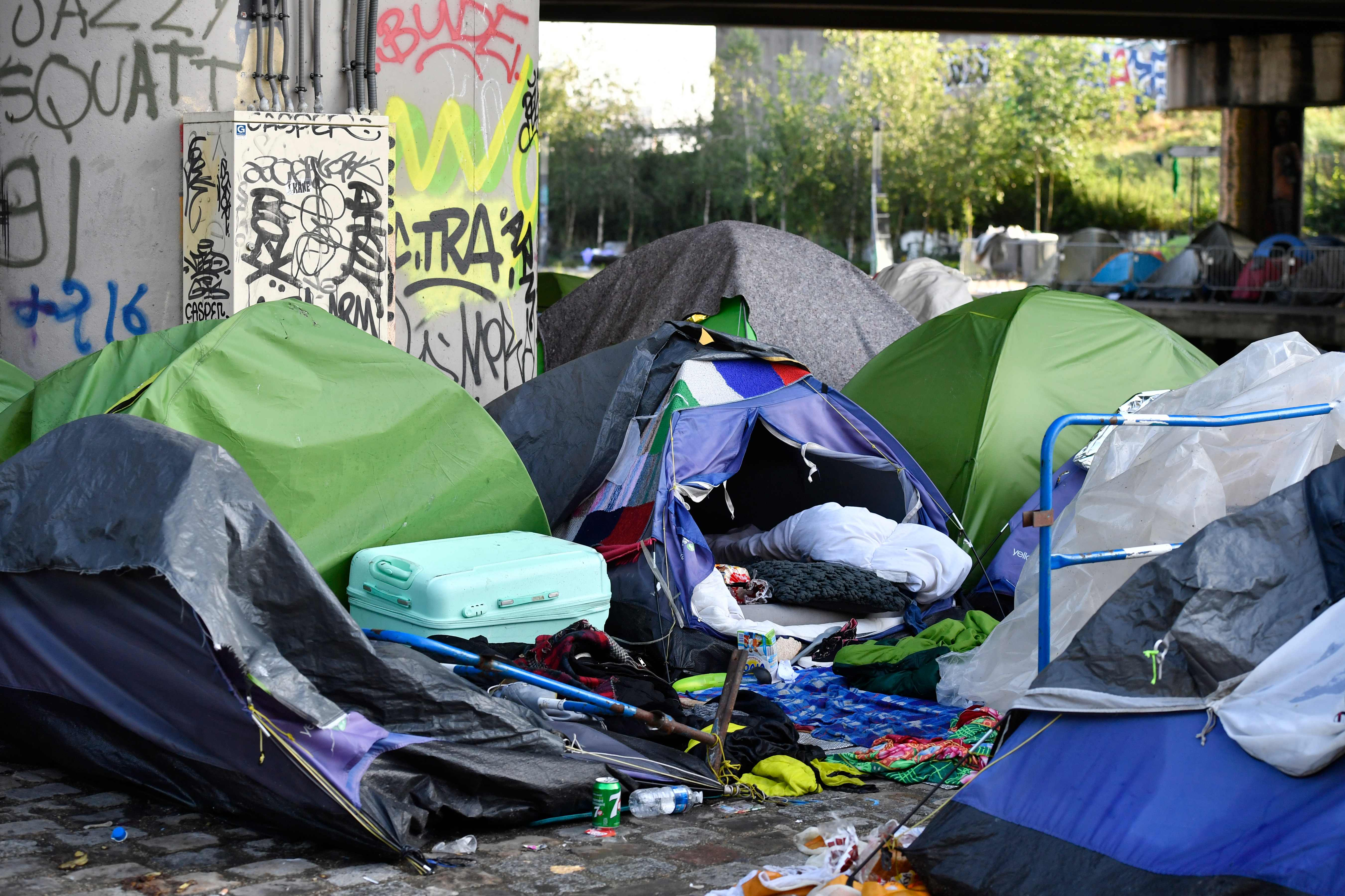 خيام المهاجرين فى باريس خاوية بعد اخراج قاطنيها