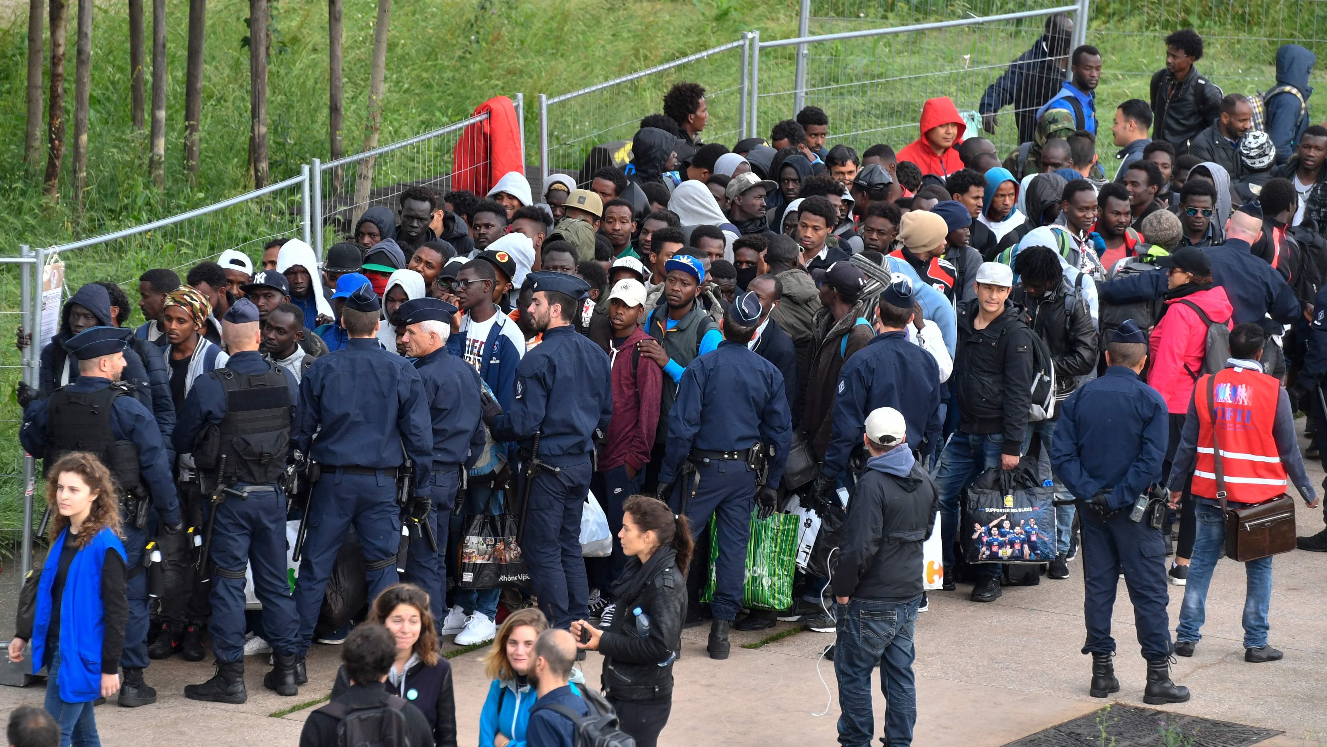 الشرطة الفرنسية تضبط عملية اخلاء المهاجرين فى باريس