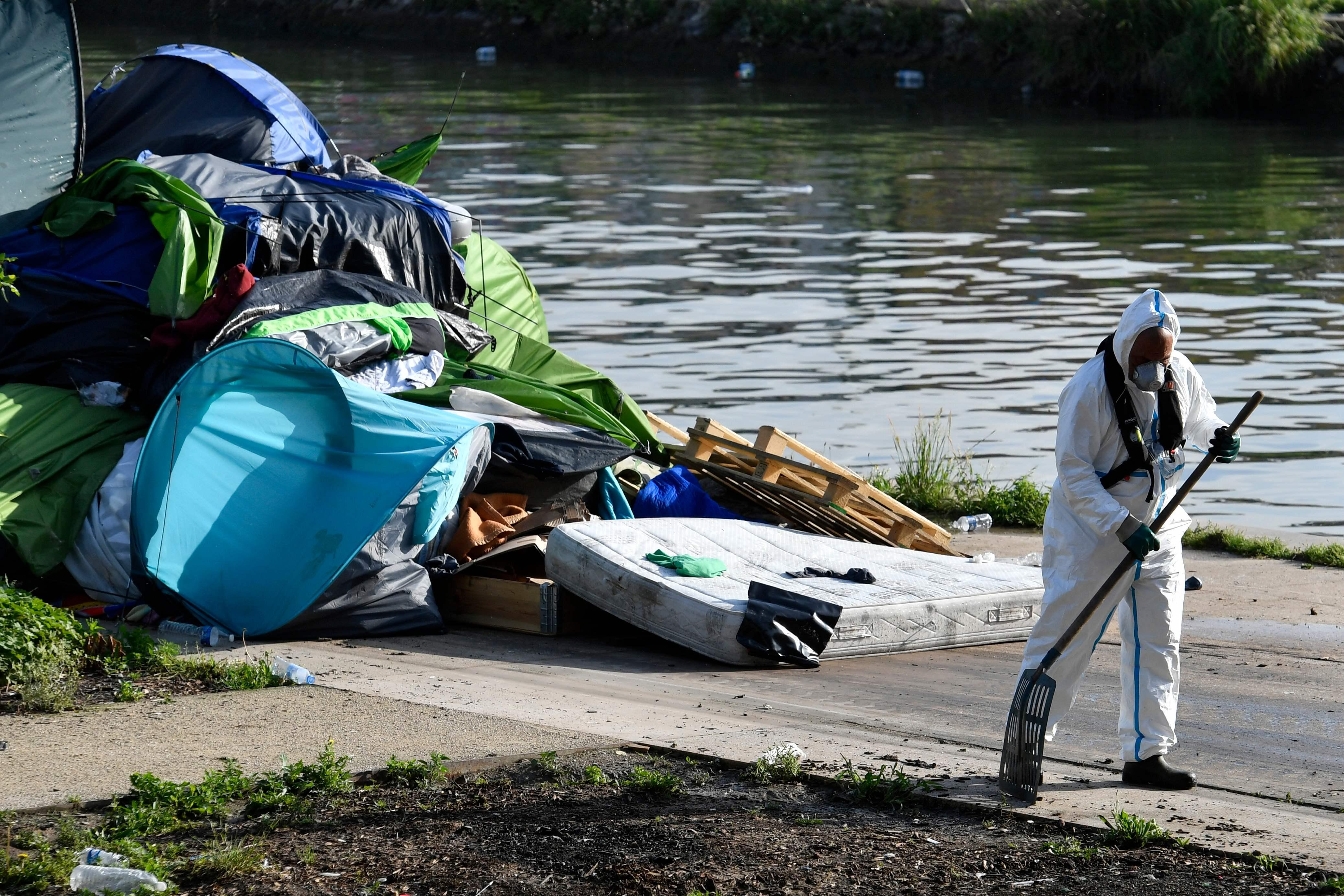 تنظيف وتطهير موقع خيام المهاجرين فى باريس