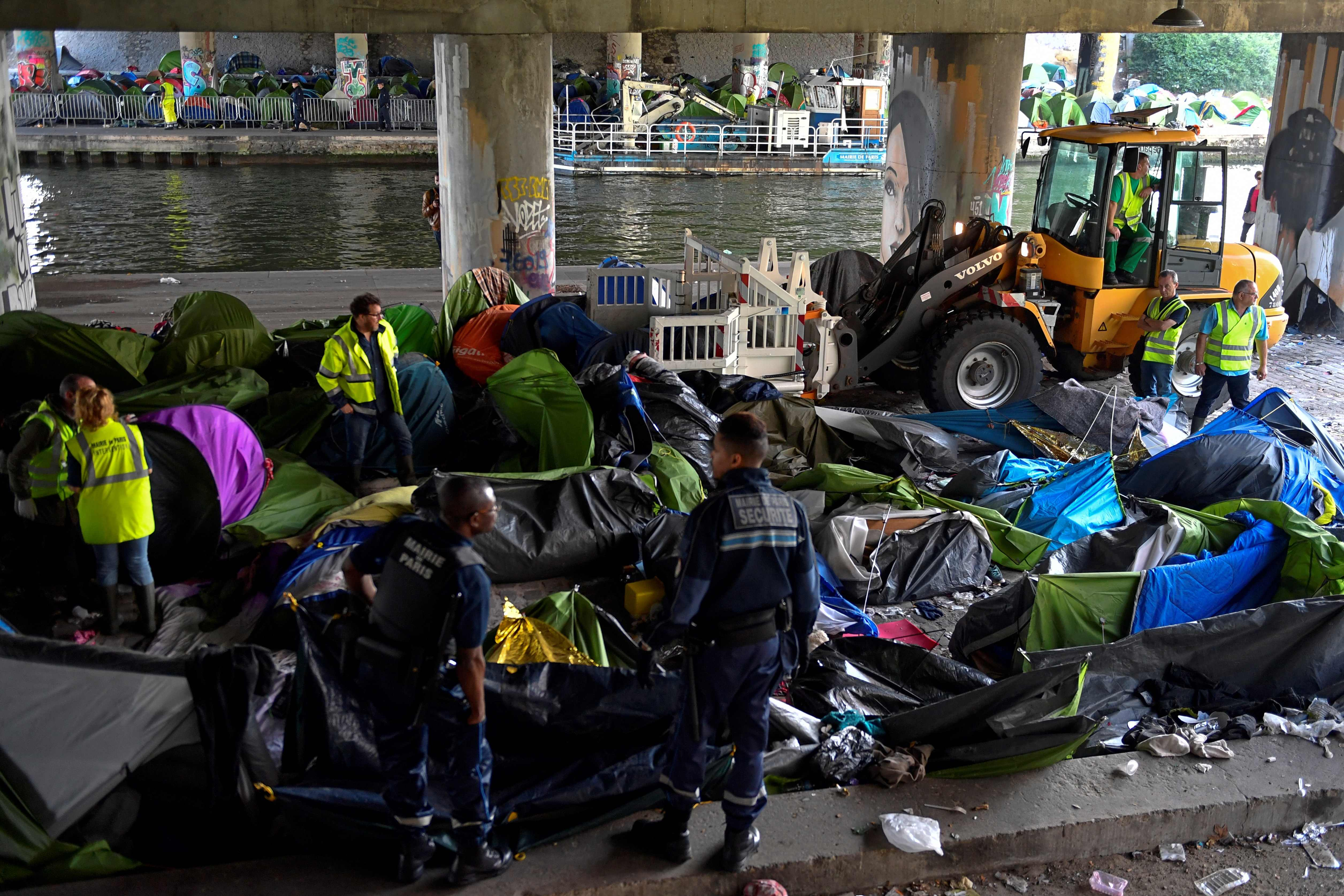 معدات ثقيلة لإزالة مخيمات المهاجرين فى باريس