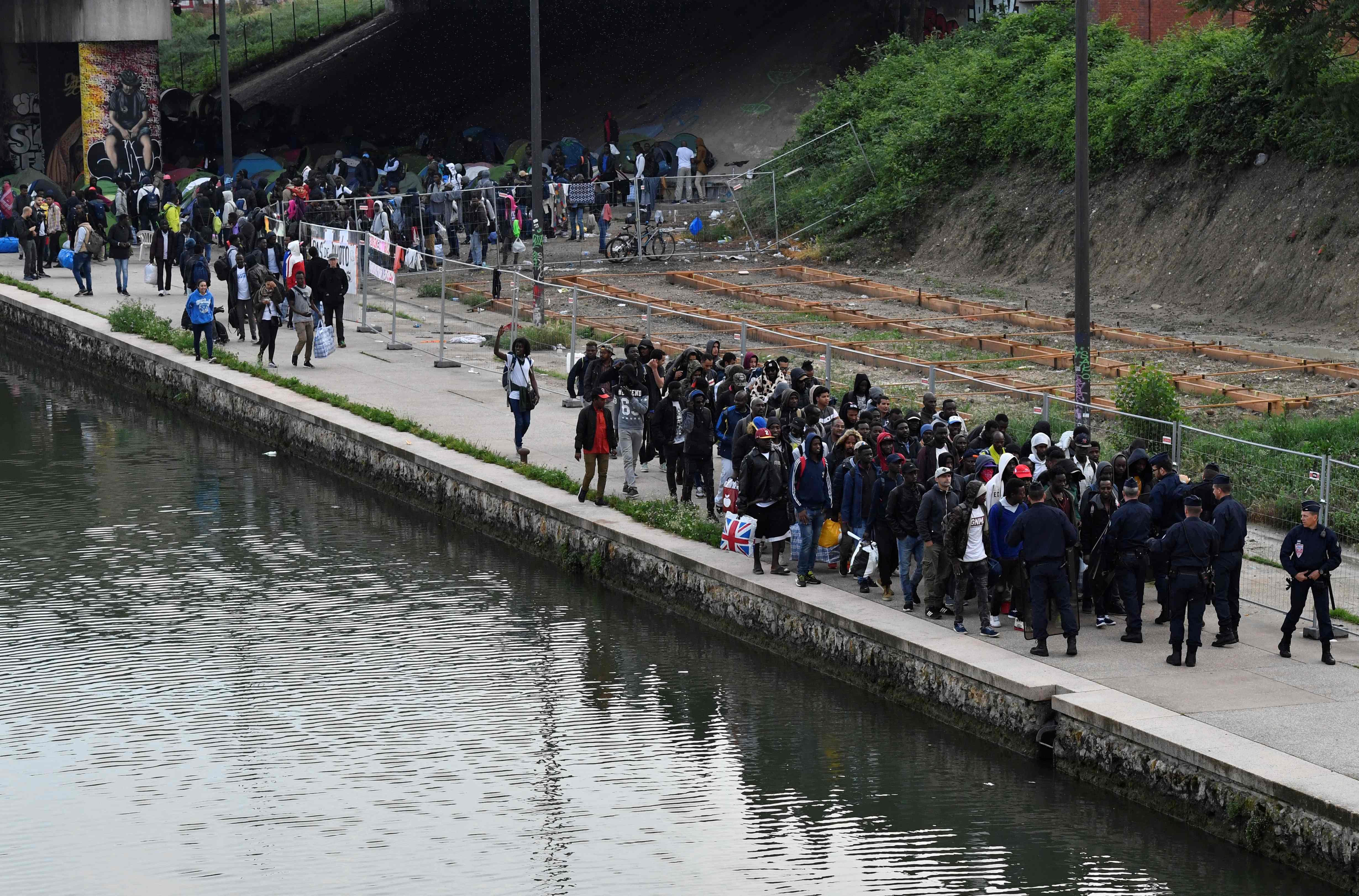 الشرطة الفرنسية تخلى مخيما للمهاجرين فى باريس