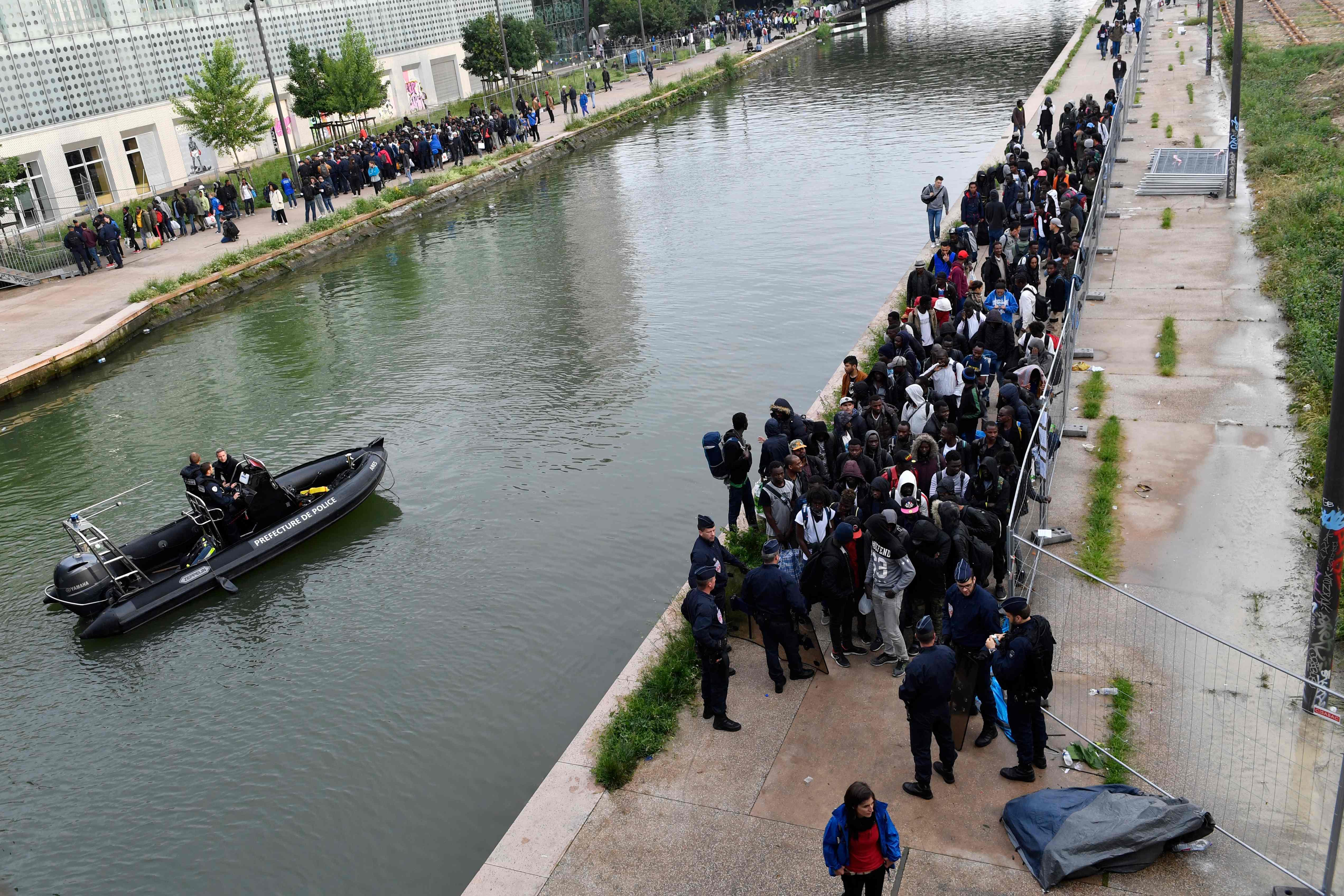 عملية اخلاء المهاجرين من مخيمات فى باريس
