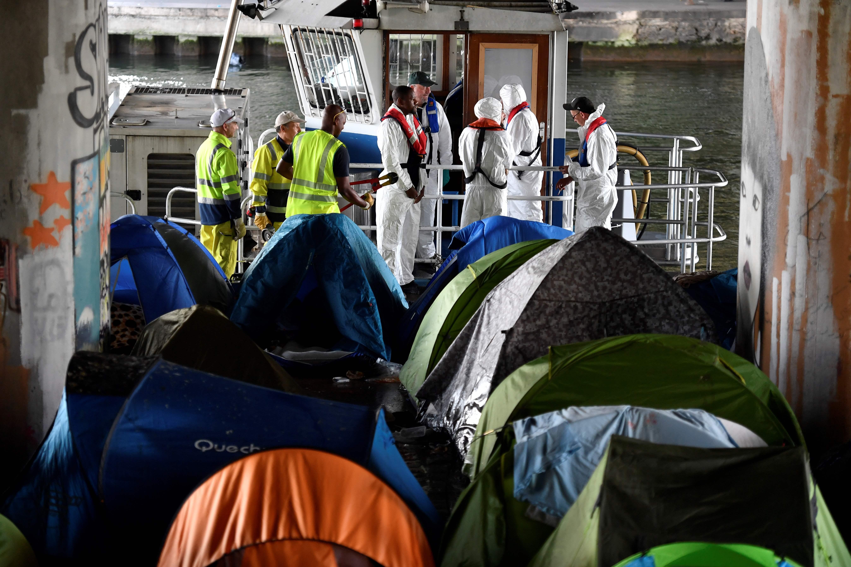 عمال فرنسيين يخلون مخيمات للمهاجرين فى باريس