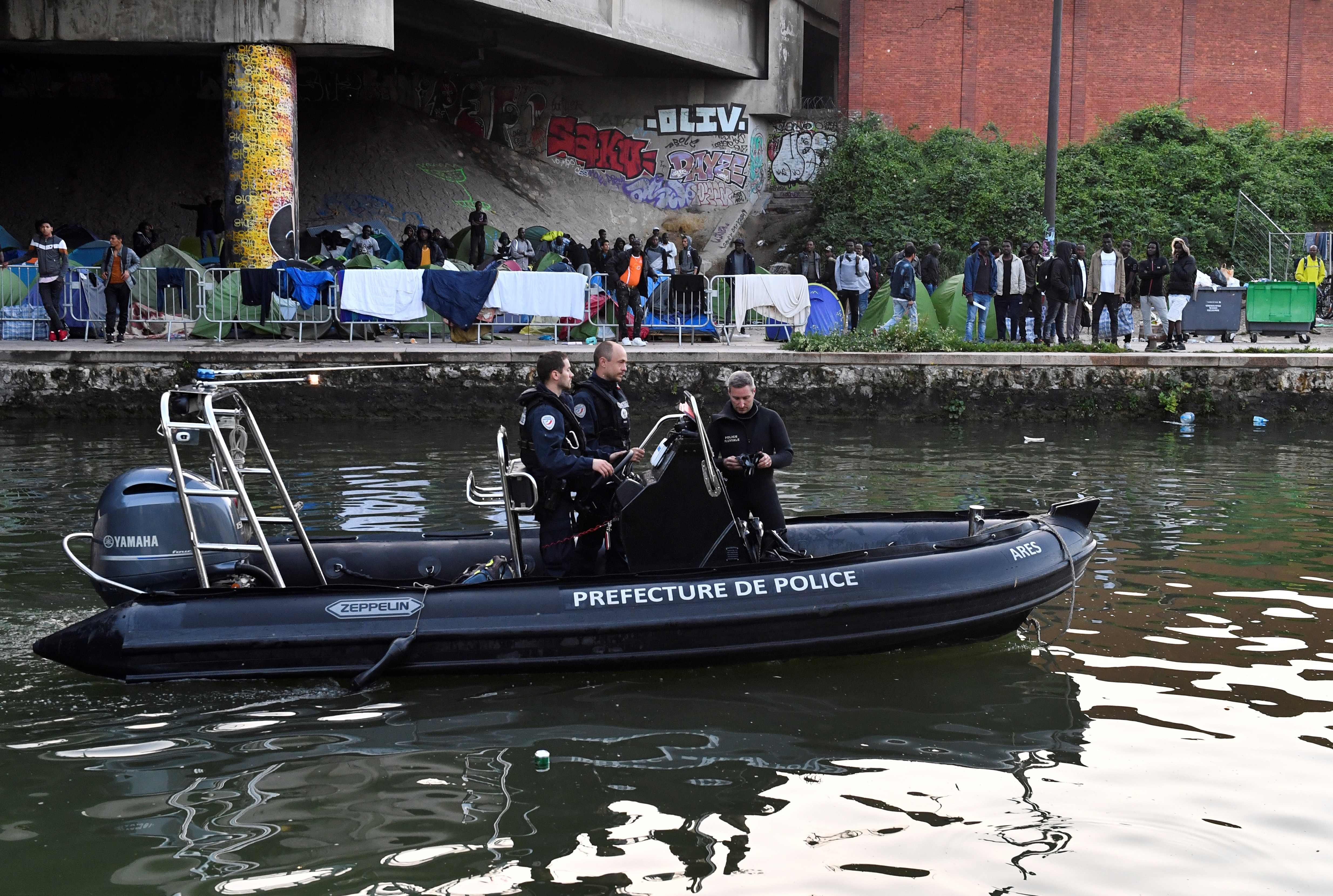 خفر السواحل يتابع اخلاء مخيمات المهاجرين فى باريس