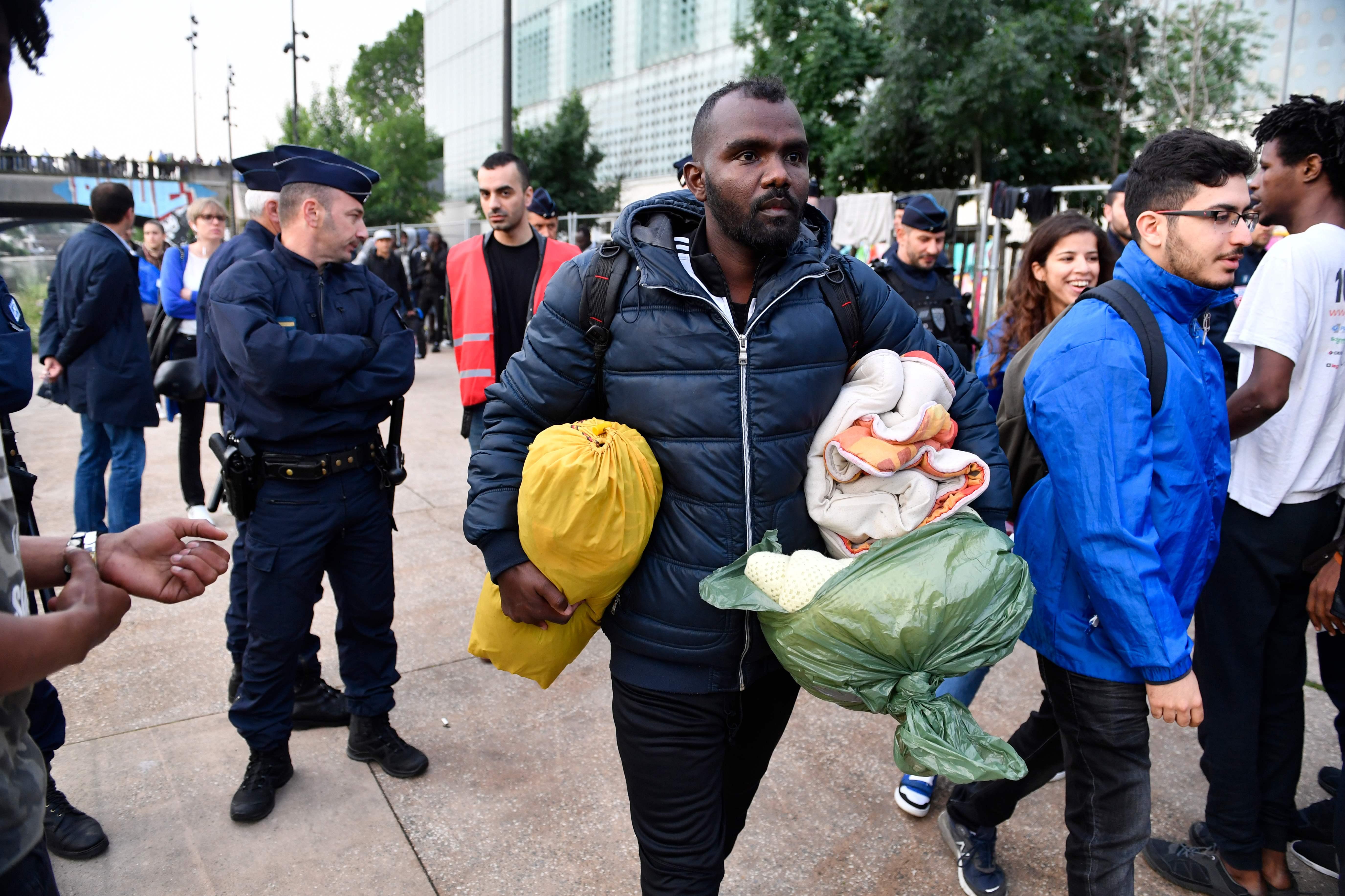مهاجرون يغادرون مخيم فى باريس