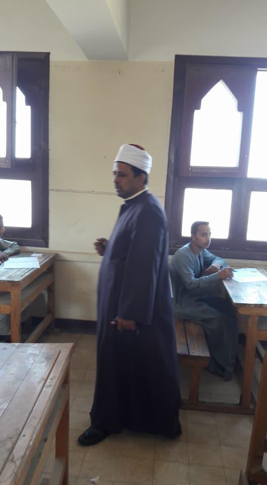 رئيس منطقة أسيوط الأزهرية يتفقد سير امتحانات الشهادة الثانوية (1)