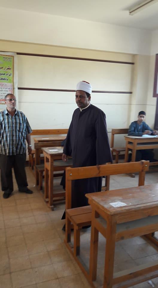 رئيس منطقة أسيوط الأزهرية يتفقد سير امتحانات الشهادة الثانوية (2)