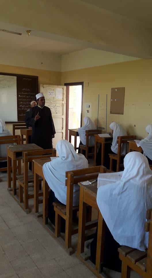 رئيس منطقة أسيوط الأزهرية يتفقد سير امتحانات الشهادة الثانوية (3)