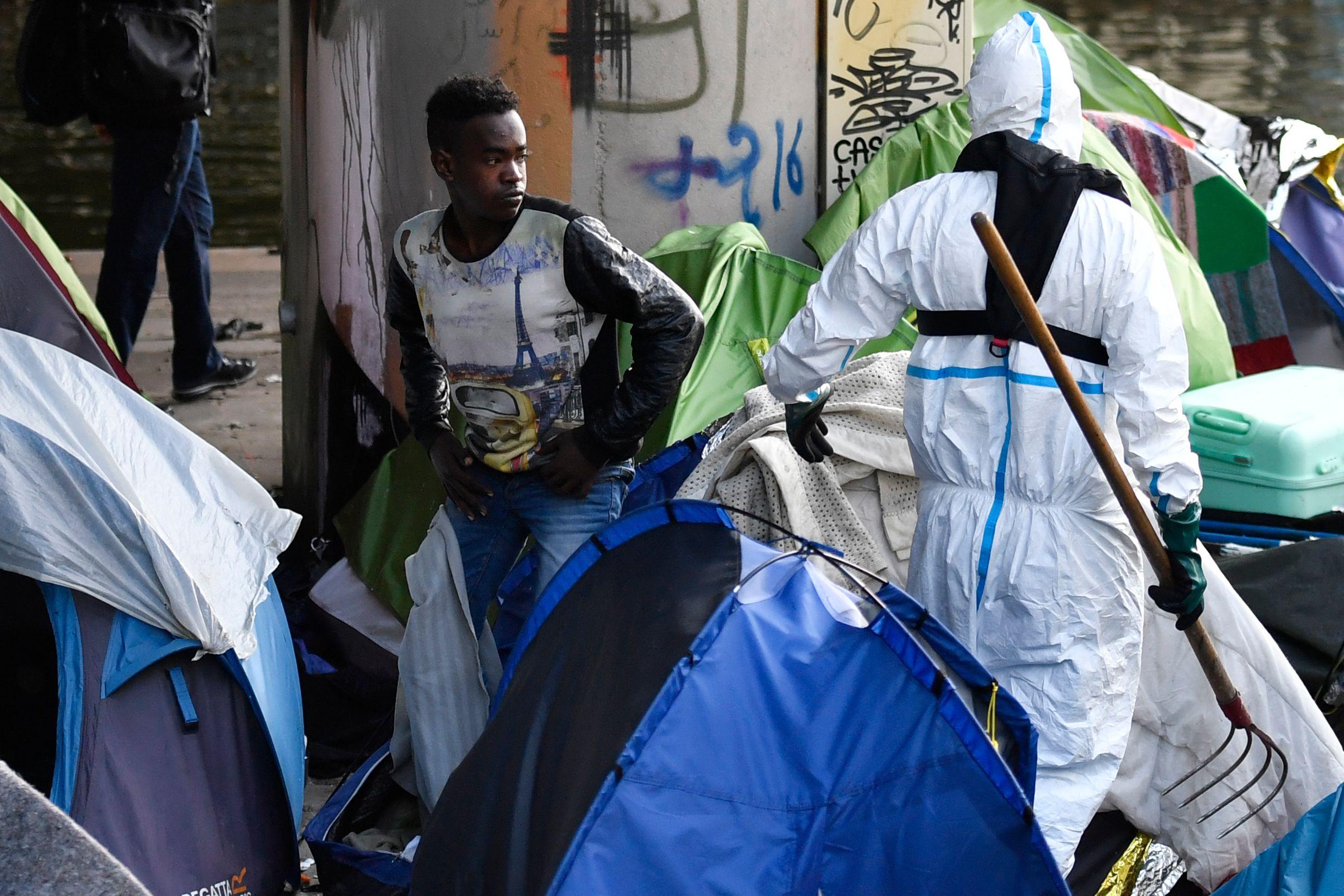تنظيف موقع خيام المهاجرين فى باريس عقب اخلائها