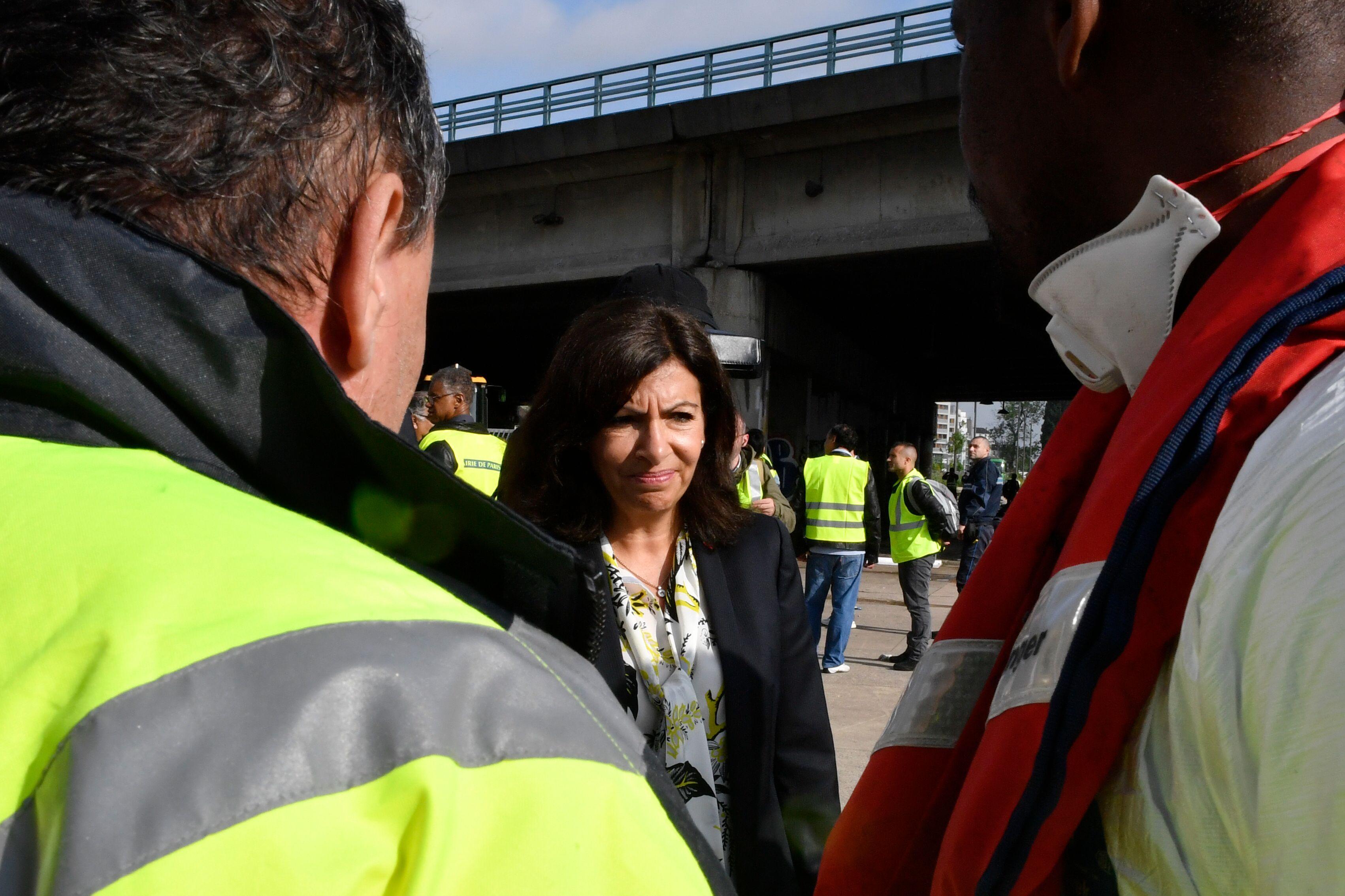عمدة مدينة باريس آن هيدالجو تشرف على اخلاء المهاجرين