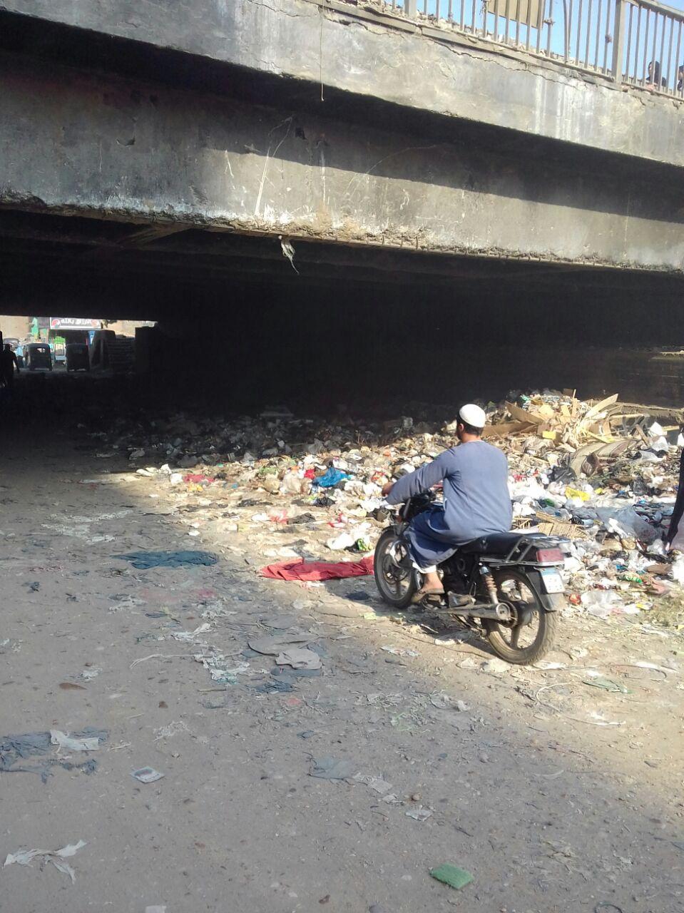 القمامة أسفل الدائرى فى الطريق الأبيض