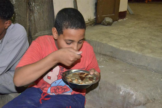 جانب من تناول الأطفال بالأقصر للفول النابت