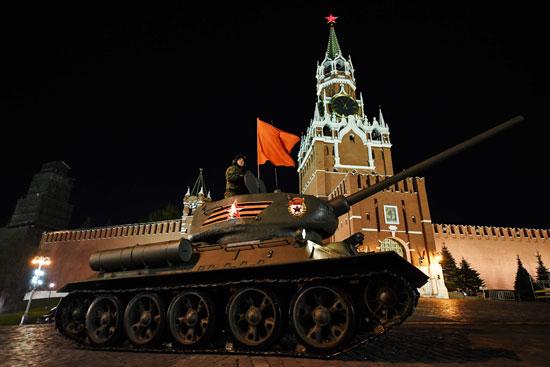 دبابة روسية تسير فى الساحة الحمراء