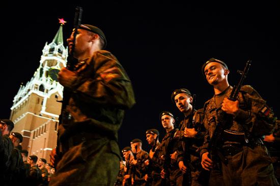 عناصر من الجيش الروسى يشاركون فى العروض العسكرية