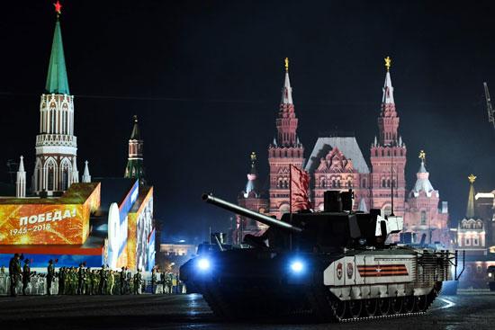 دبابة تسير فى  الساحة الحمراء بموسكو