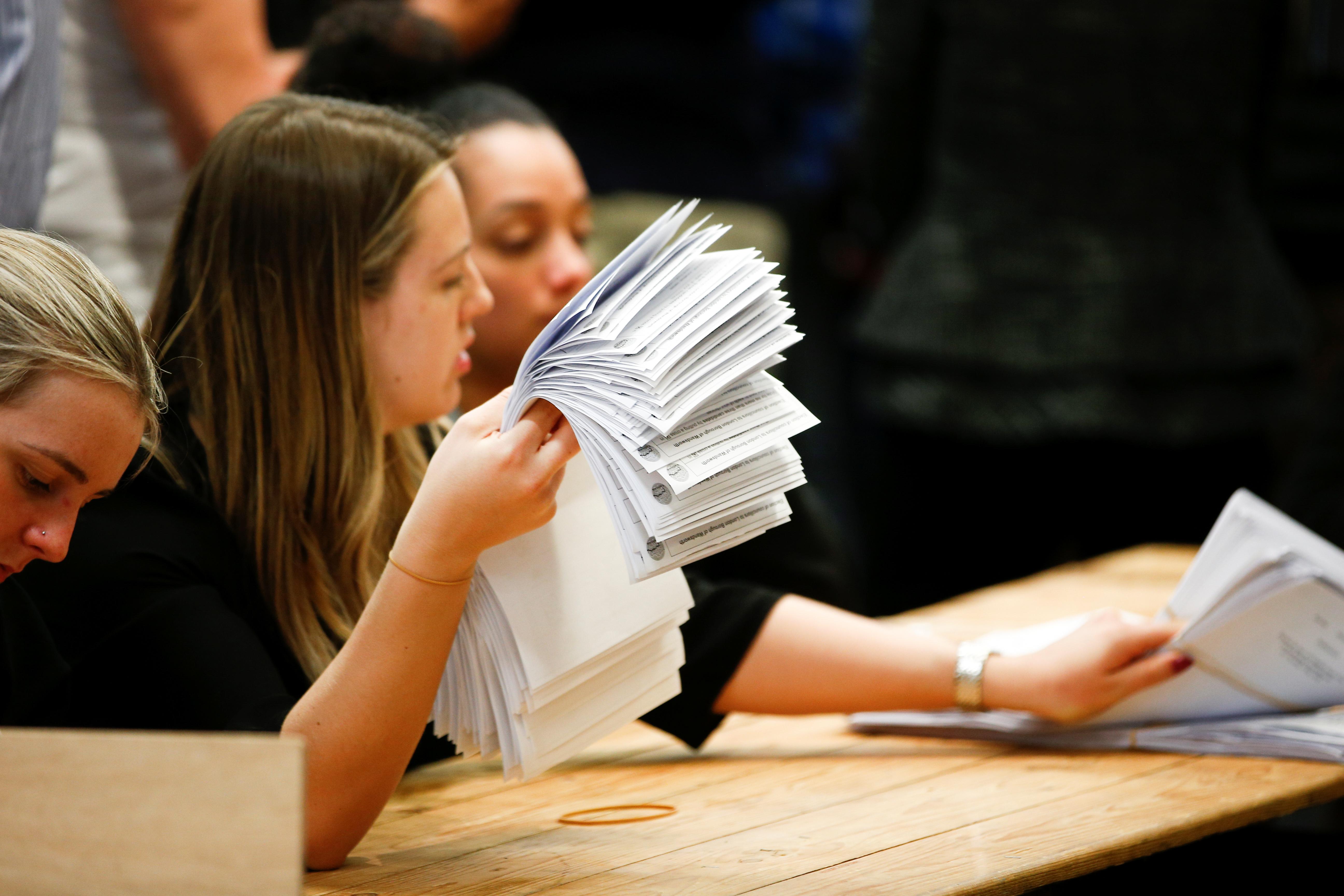 فرز الأصوات بعد غلق باب التصويت فى  الانتخابات المحلية بإنجلترا