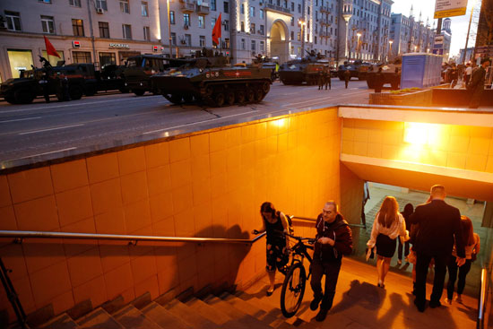 آليات عسكرية فى شوارع موسكو استعدادا لحفل عيد النصر