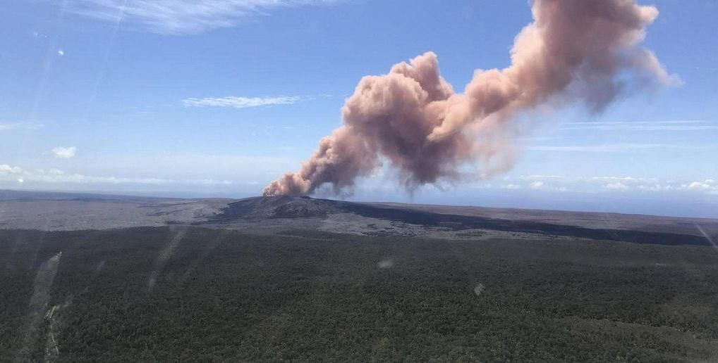 الدخان الكثيف جراء البركان