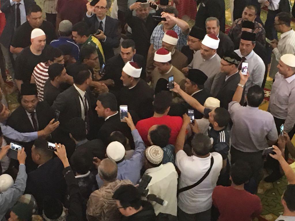 احتشاد المئات من مسلمي سنغافورة حول الإمام الأكبرعقب أدائه صلاة الجمعة في مسجد السلطان