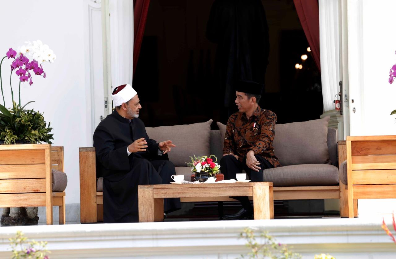الرئيس الاندونيسى وحديث ودى مع شيخ الأزهر بقصر الرئاسة