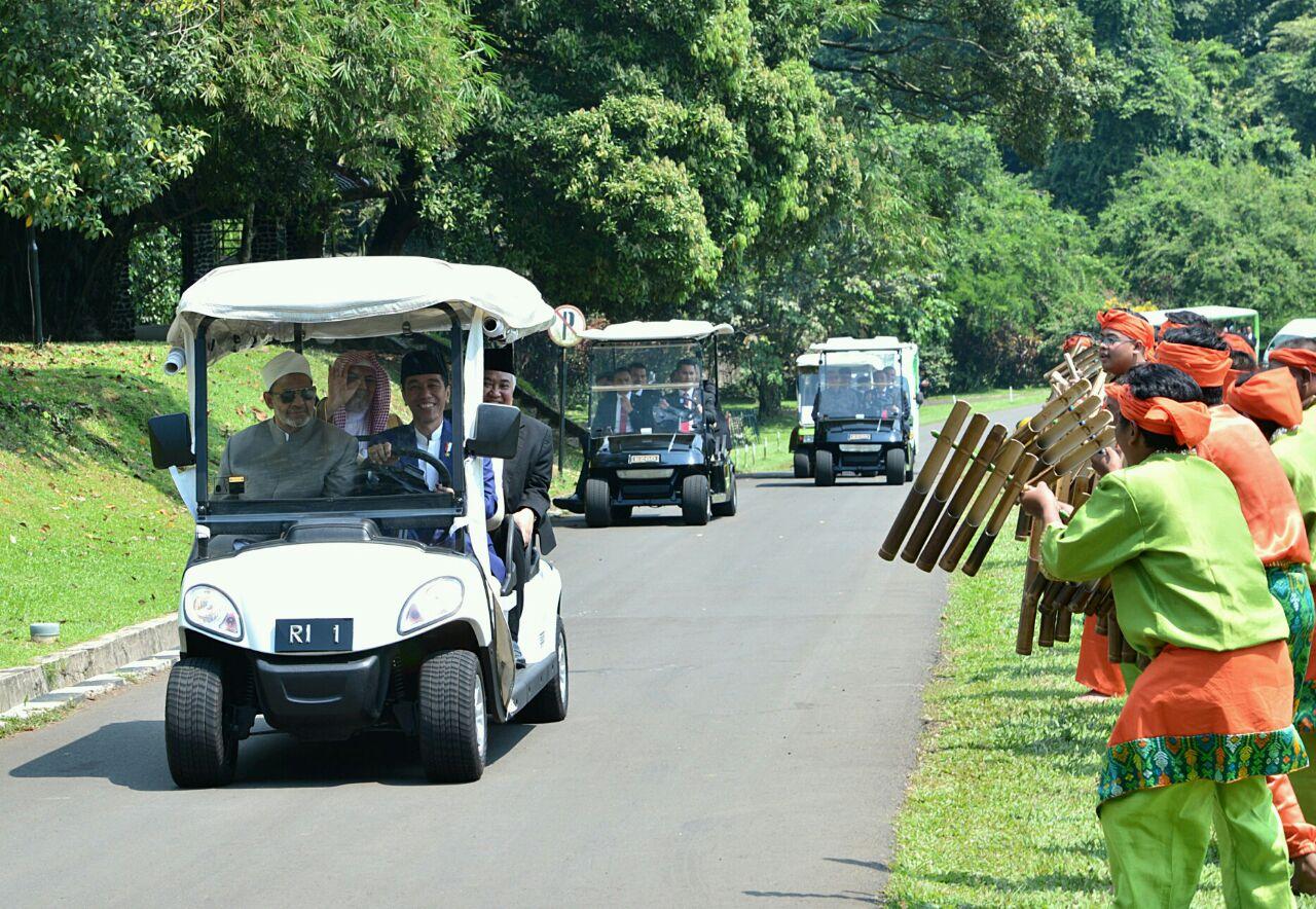 الرئيس الاندونيسيى يقود السيارة وبجانبه شيخ الازهر