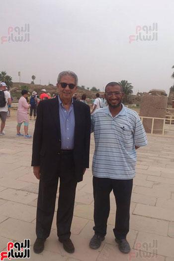 رجال الآثار والمرشدين يلتقطون الصور التذكارية مع عمرو موسي