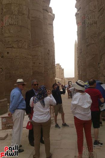 عمرو موسى والوفد خلال الاستماع لشرح المرشدين السياحيين