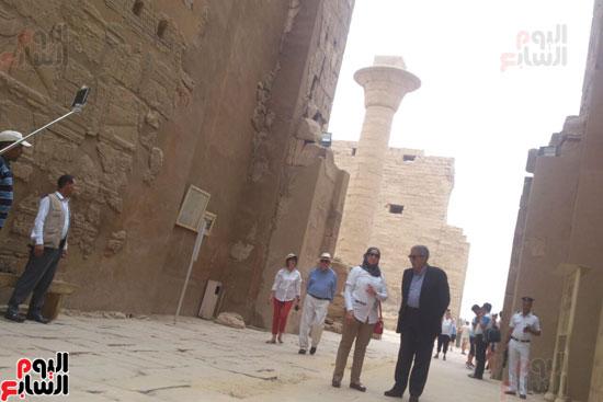 عمرو موسى خلال جولته داخل معابد الكرنك