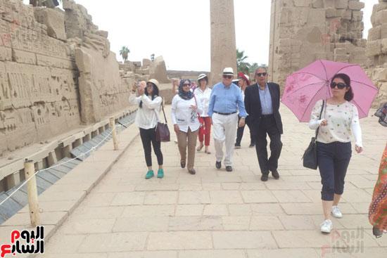 عمرو موسى ووفد أجنبى فى زيارة لمعابد الكرنك والأقصر