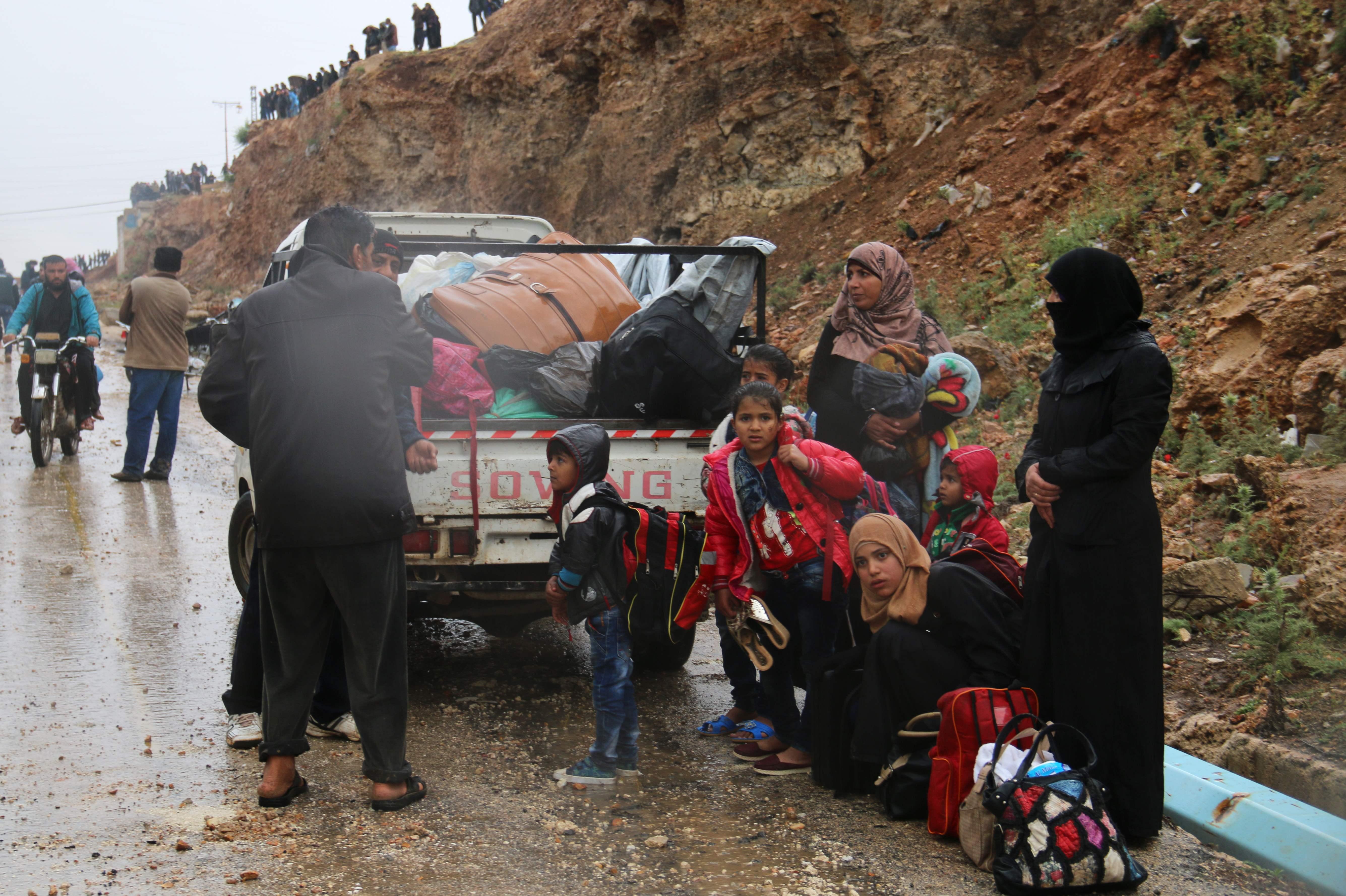 سوريون يغادرون حماة وحمص