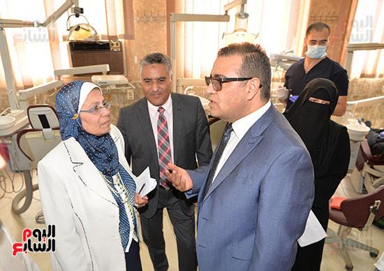 صورة لرئيس جامعة المنصورة اثناء تفقد الامتحانات
