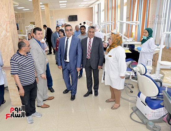 رئيس جامعة المنصورة وعميد اسنان اثناء تفقد الامتحانات