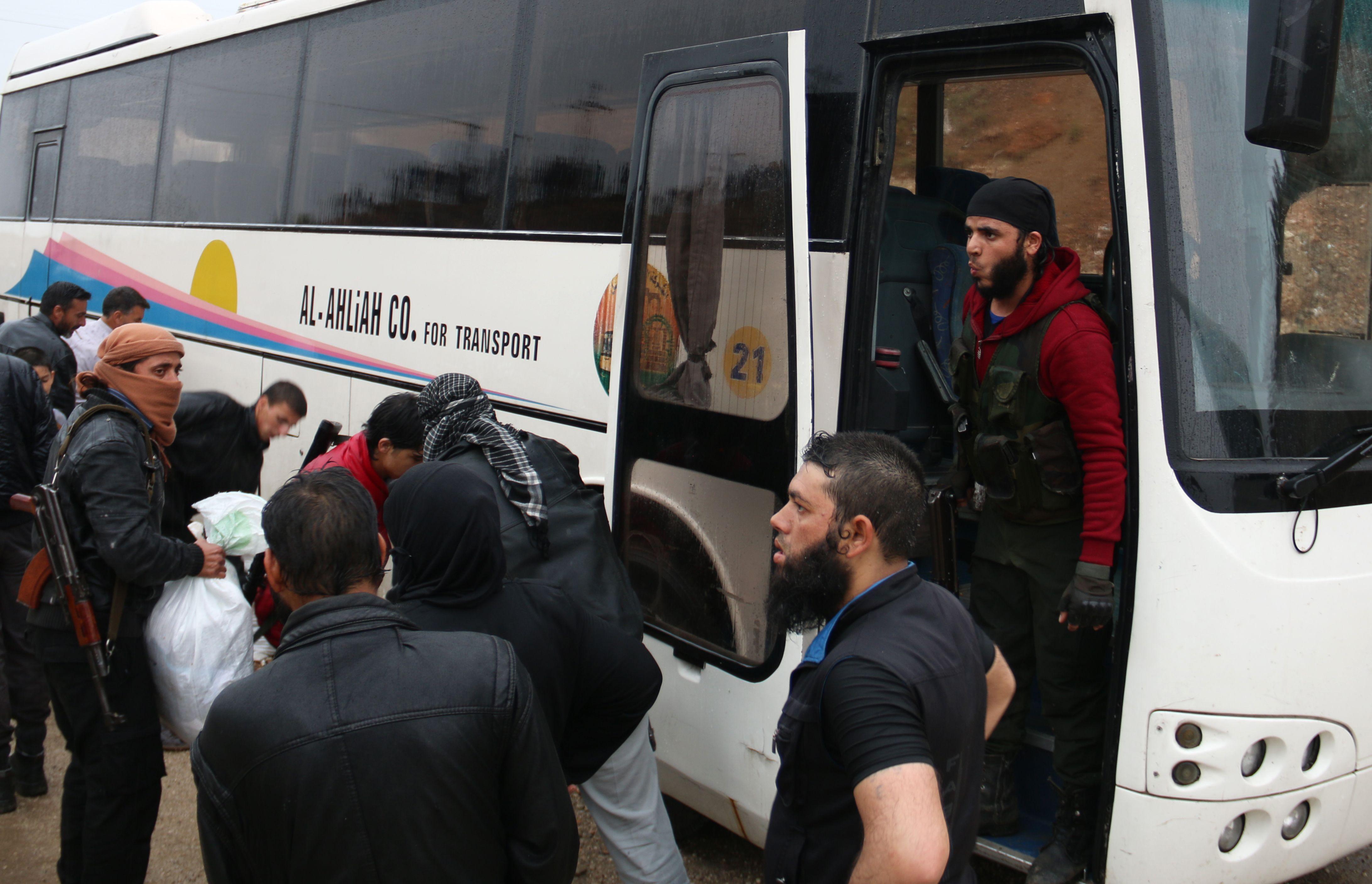 المسلحون أمام الحافلة