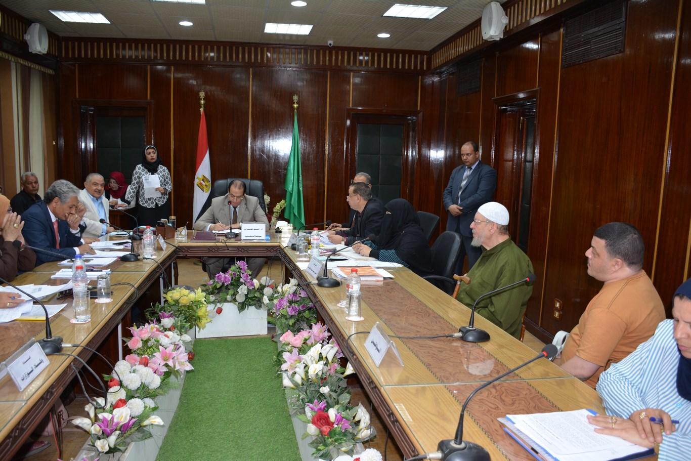 لقاء المحافظ بأعضاء الجهاز التنفيذي بالمحافظة (2)