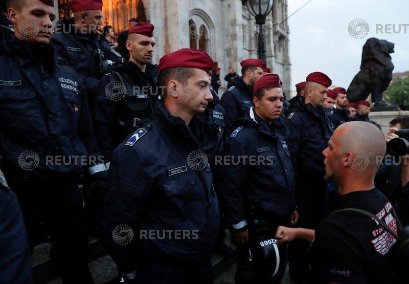 الشرطة تواجه المتظاهرين