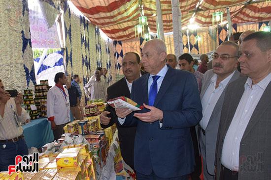 محافظ أسوان يفتتح معرض أهلا رمضان (2)