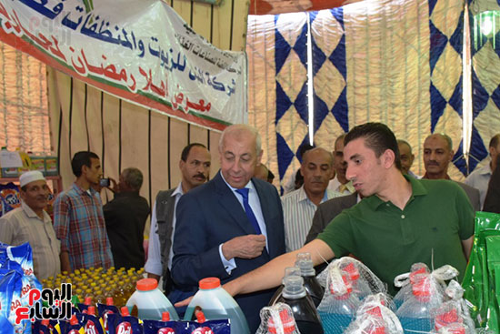 محافظ أسوان يفتتح معرض أهلا رمضان (4)