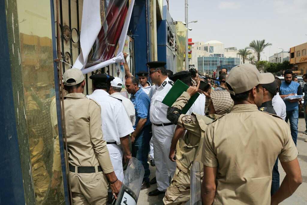 6- الشرطة تنفذ قرار الاغلاق