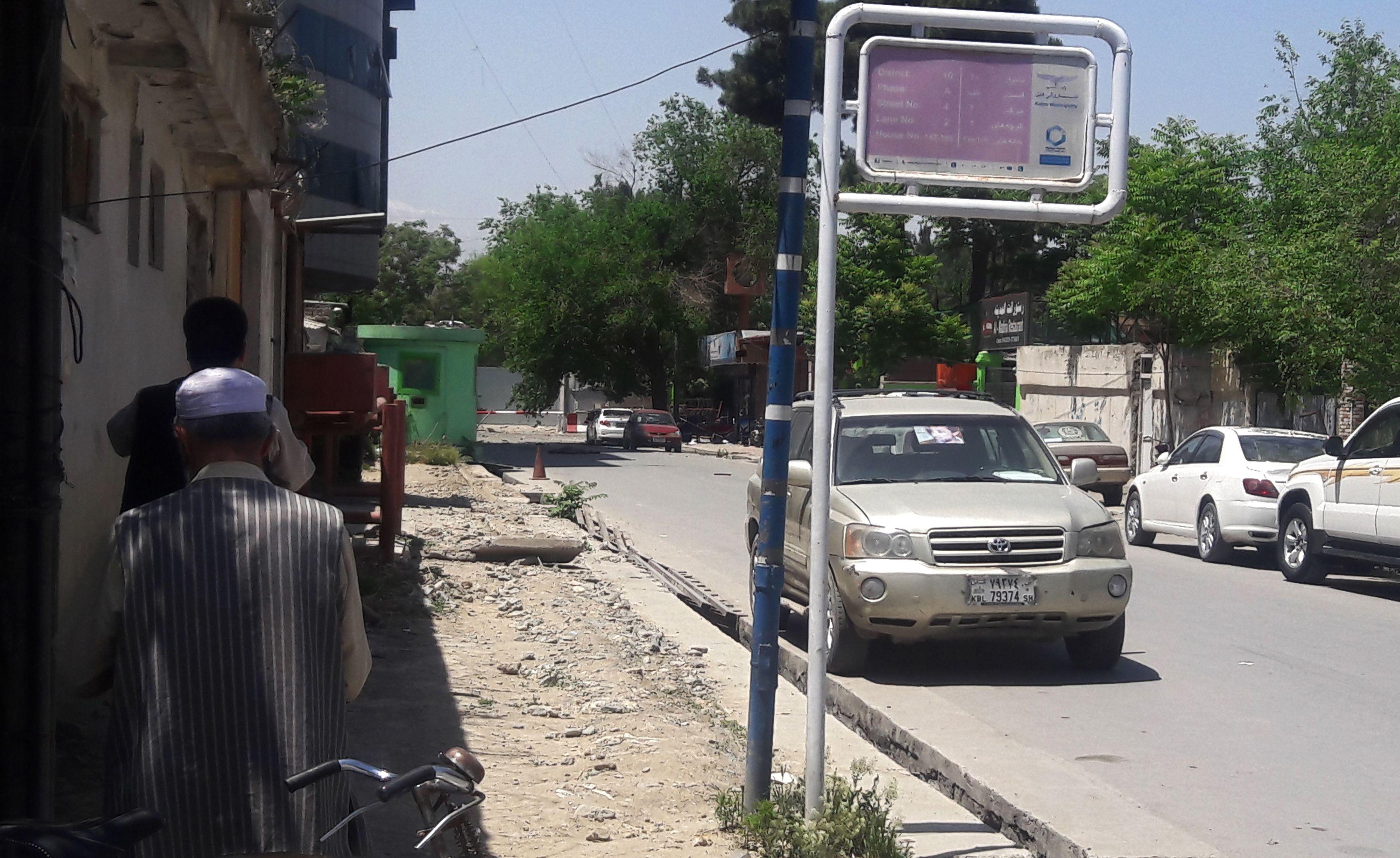 مواطنون قرب موقع التفجير