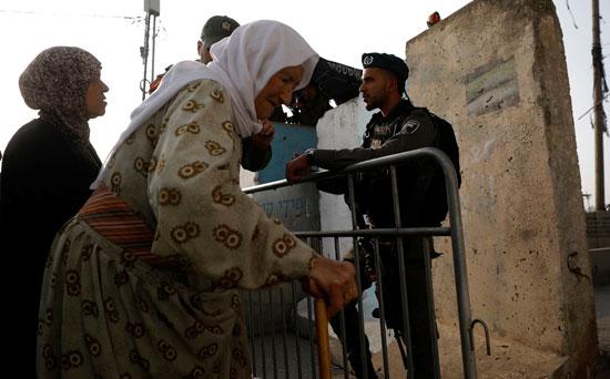 مسنة فلسطينية تعبر إلى المسجد الأقصى لأداء صلاة الجمعة