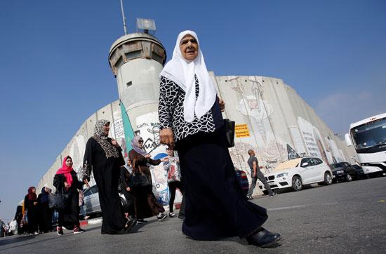 سيدات الضفة الغربية يعبرن الحواجز الإسرائيلية باتجاه القدس
