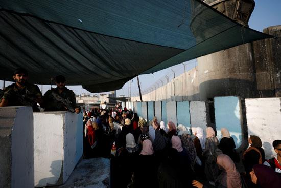 آلاف الفلسطينيين يعبرون من الضفة الغربية باتجاه القدس