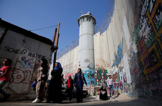 فلسطينيات تتوجهن إلى القدس لأداء صلاة الجمعة