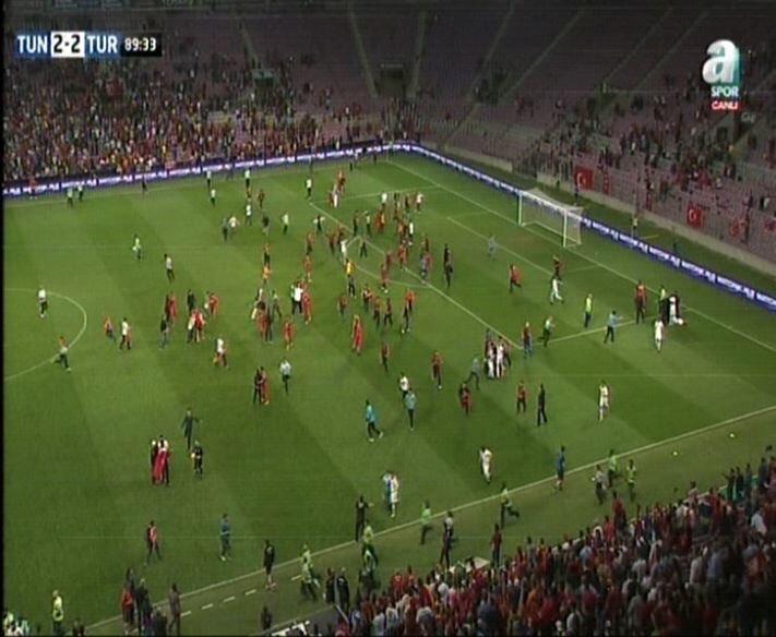 جماهير تركيا تقتحم اللقاء