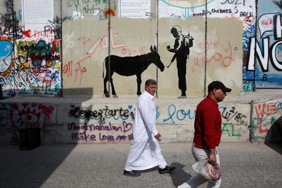 فلسطينيون يعبرون الحواجز الإسرائيلية لأداء صلاة الجمعة بالقدس