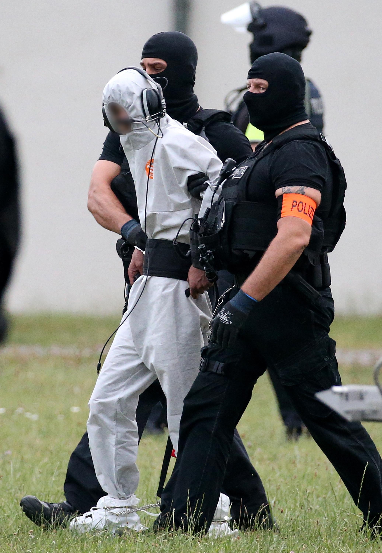 اعتقال الشاب العراقى ونقله للسجن