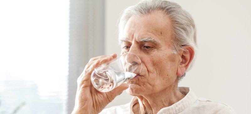 شرب المياه من نصائح الطب البديل لعلاج جفاف الفم