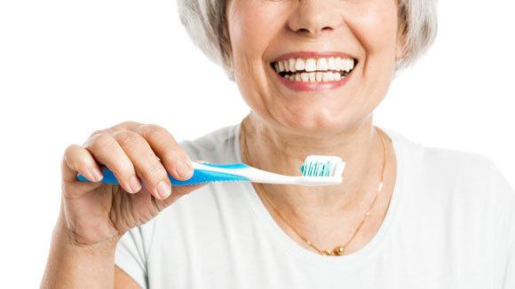 العناية بالفم من نصائح الطب البديل لعلاج جفاف الفم