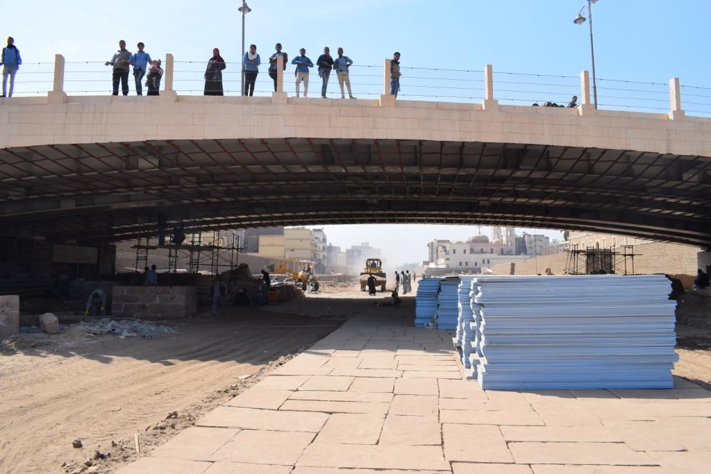 العمال يواصلون مهمتهم داخل مشروع احياء طريق الكباش